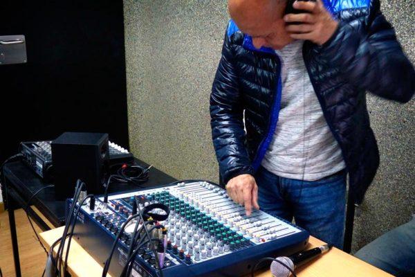 Práctica con el equipo de sonido en clase_12