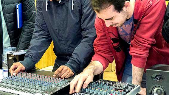 Práctica con el equipo de sonido en clase_10
